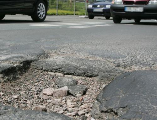 Newsletter 18.2.21: Schlaglöcher auf den Straßen, wackelige Gehwegplatten. Wer haftet bei Unfällen und Stürzen?